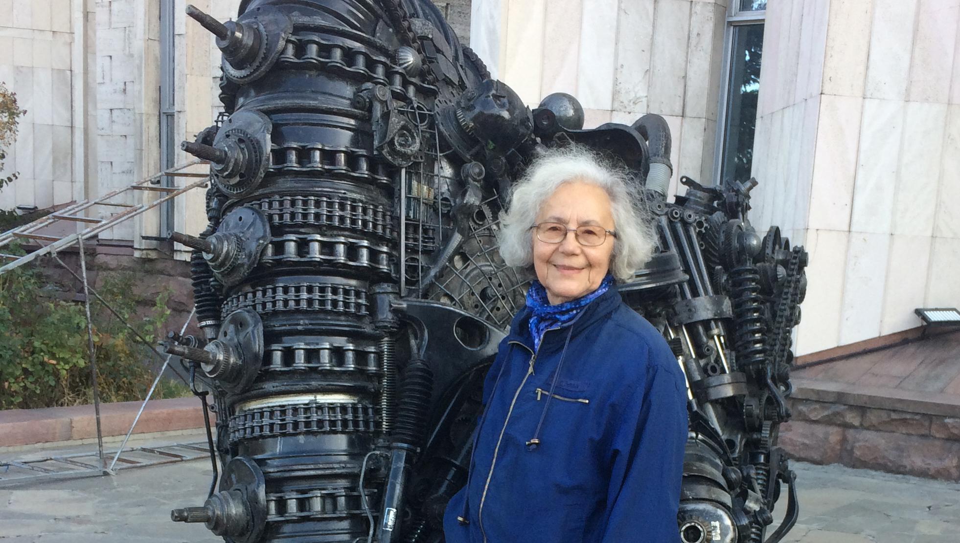 Maria Tolmacheva infront of a statue