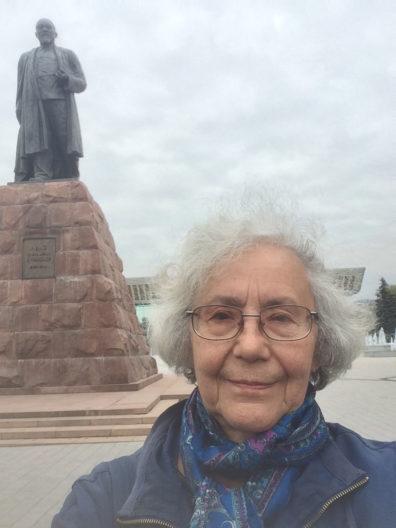 Marioa Tolmacheva near a statue.