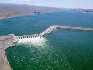 Wanapum Dam at normal operation on the Columbia River (photo: Dept of Ecology)