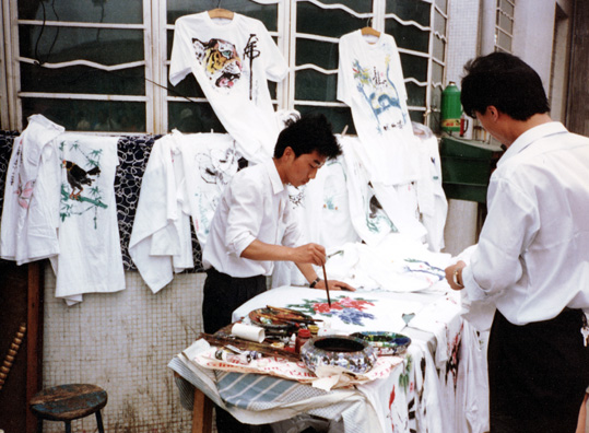 BANPO: This painter near Banpo was creating splashy t-shirt designs. We saw few hand-painted t-shirts, but I bought some nice ones earlier in the day. At this spot two people cut themselves on a bottletop trying to get a bottle of peach juice open for me. The easy-open top didn't quite work right.