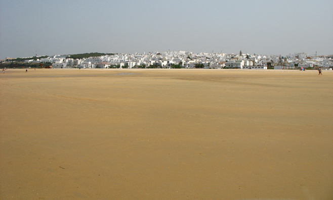 CONIL: This shot makes clear the enormous breadth of this beach at low tide.