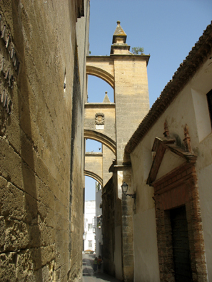 ARCOS DE LA FRONTERA: Flying buttresses outside the church