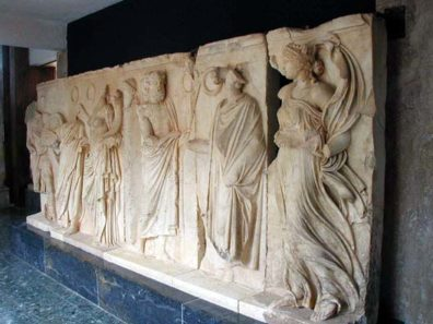 AFRODISIAS MUSEUM: The right-hand figure of this relief, with its swirling draperies, demonstrates the sort of technique that inspired 17th-century Baroque artists.