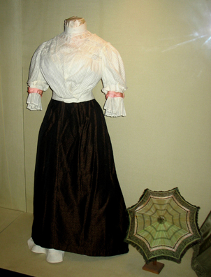 MALAGE: Woman's dress In Museo de artes y costumbres populares, M‡laga.