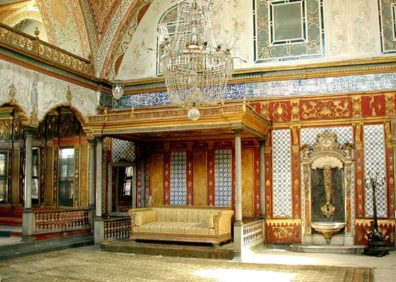 TOPKAPI PALACE: The official audience chamber (Arz Odasi) in the Third Court of the Palace was naturally designed to impress foreign ambassadors.