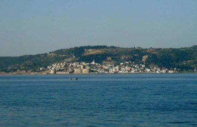 CANAKKALE: Across the Bosporus is one of two castles created to guard this strategic stretch of water by Mehmet the Conqueror in the 15th century. The corresponding one on the eastern shore--the Çemenlik Kalesi is in Çanakkale itself, but we didn't manage to find it.