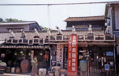 """KURASHIKI: The roof of this antique shop is decorated with figurines of the old RCA Victor symbol, """"Nippeer,"""" who listened to """"His Master's Voice."""" May 20, 1998"""