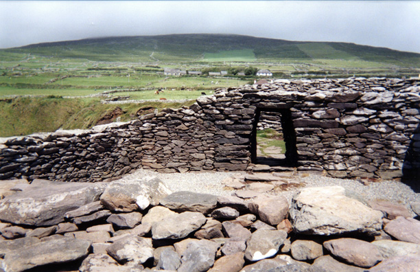 DINGLE PENINSULA: As you drive around the Peninsula you encounter various prehistoric stone buildings like the stone fort at Dunbeg (Dún Beag), overlooking the sea. The date of its construction is unknown, but radiocarbon dating suggests it was occupied in the 8th or 9th centuries. Most of the spots along the drive around the Peninsula charge a small entry fee--nothing ruinous, but be prepared for it.