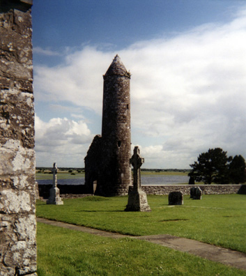 CLONMACNOISE: Closer view of the Tower Finghin.