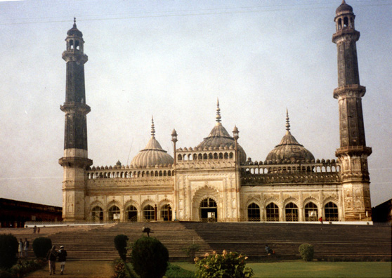 The grand mosque on the grounds of the Bara Imambara.