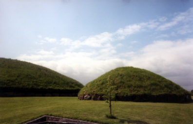 Brú na Bóinne: To the left, the main mound, to the right, one of the 17 auxiliary mounds nearby.