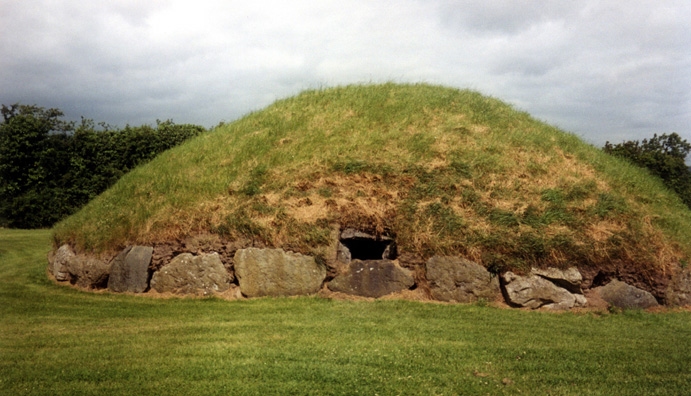 Brú na Bóinne: The entrance to one of the smaller mounds.