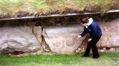 Brú na Bóinne: Our guide shows us a pattern of four engravings which look like lunar symbols (only the lower two appear clearly in the photograph).