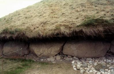 Brú na Bóinne: Serpentine design (center rock).