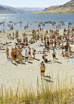 WSU students and Eastern Washington locals enjoy a sunny day at the beach