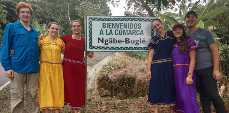 EWB Students standing by sign that reads Bienvenidos a la Commarca Ngäbe-Buglé.