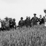 Agronomist O. A. Vogel speaks to farm visitors at a Lind field day in 1942 (Manuscripts, Archives & Special Collections, WSU Libraries)