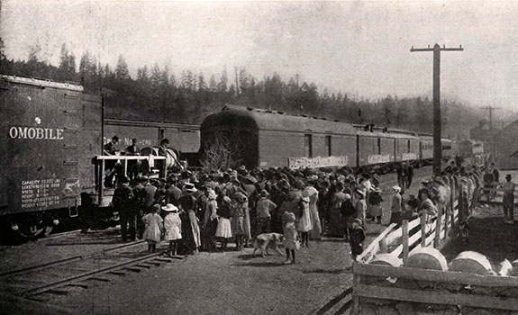 A crowd in front of a train.