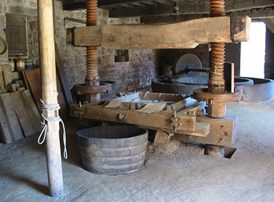 Historic farm cider press, Jersey, UK (Photo by Man vyi, Wikimedia Commons)