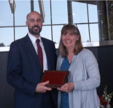 Alumnus Loren Linscott receives his award from Professor Faith Lutze.