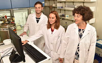 Alla Kostyukova in lab with research students