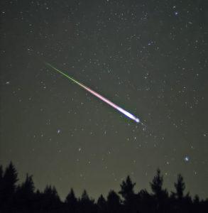 Leonid meteor blazes across the sky