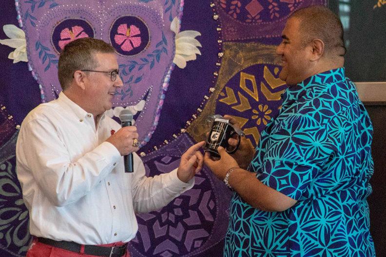 Schulz presents a WSU mug to Thompson.