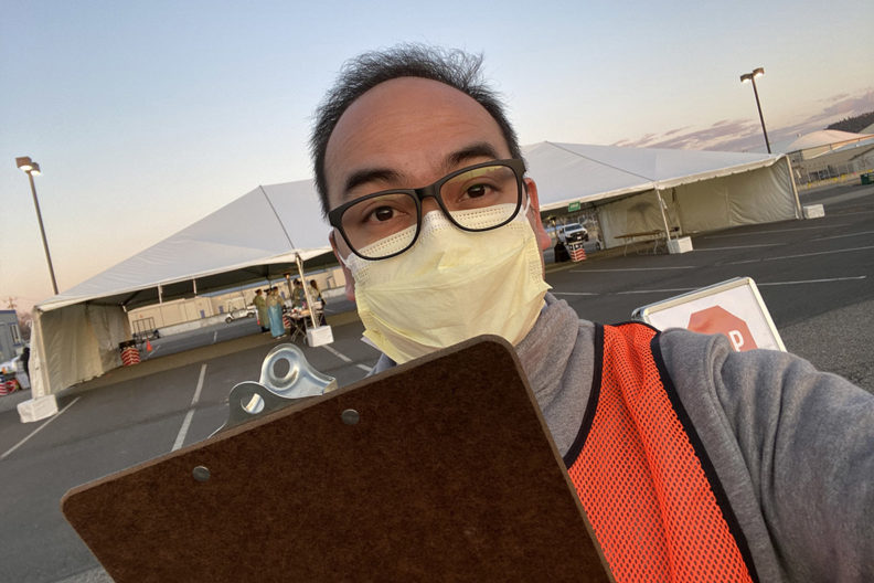 Esposo in medical mask holding a clipboard.
