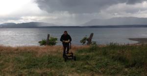 Colin Grier investiga o subsolo em busca dos restos de uma aldeia indígena.